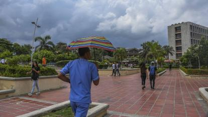 Varios estudiantes caminan por un corredor de la sede norte de la Universidad del Atlántico.