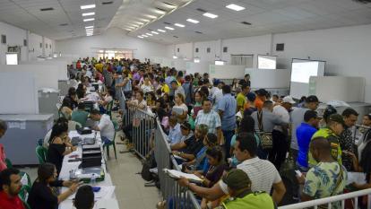 """Decenas de personas """"vigilan"""" el proceso de escrutinio en el municipio de Soledad."""