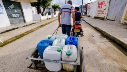 """Juan Galindo, del sector 9 de Febrero de Santa Catalina, compró el martes 3.500 pesos de agua para llevar hasta su casa. """"Hace un mes no tenemos el servicio"""", dijo."""