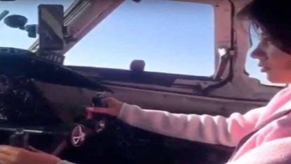 En video | Investigan a piloto por ceder el mando del avión a una pasajera