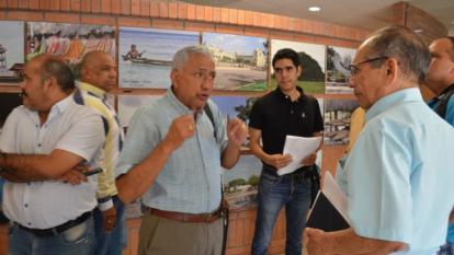 Ubaldo Corrales, presidente de Ades, en plena discusión con miembros de la Secretaría de Educación de Sucre.