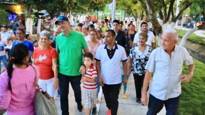El alcalde de Montería, Marcos Daniel Pineda, recorre el parque de Ensueño junto a varios vecinos de La Granja.