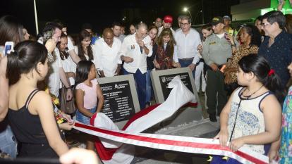 El gobernador Eduardo Verano, haciendo entrega de la Gran plaza de la Paz.