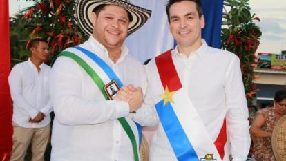 El gobernador Benítez y el alcalde Ordosgoitia tras recibir la banda de nuevos mandatarios.