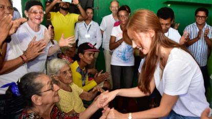 Primera dama del Distrito comienza su labor social con la visita a un hogar de paso