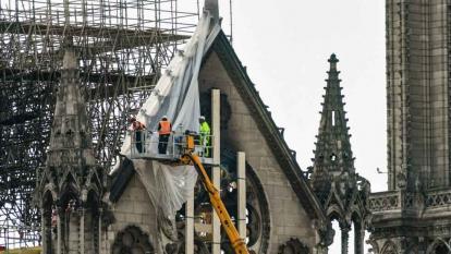 Notre Dame de París espera decisión sobre tejado y aguja