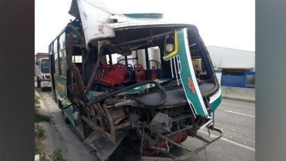 Estado en que quedó el bus tras chocar contra la volqueta.