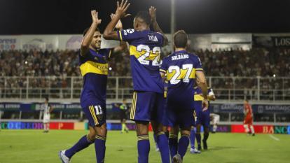 El volante extremo Sebastián Villa celebrando con sus compañeros.