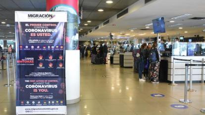 En los terminales aéreos se han dispuesto carteles con información sobre la enfermedad.