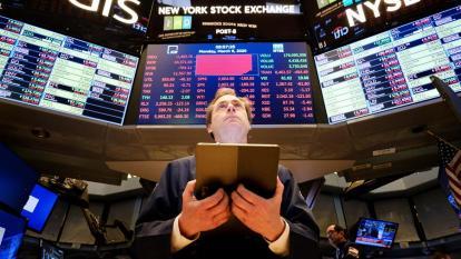 Wall Street vuelve a hundirse y el Dow Jones pierde 5,85 % por el coronavirus