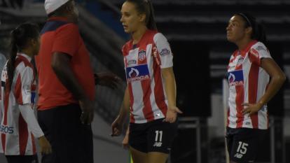 Nicole Regnier reclamándole al técnico Álvaro 'Calidad' Núñez al ser sustituida durante un partido de Junior en la temporada de 2018.