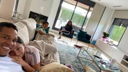 Bacca con su esposa Shayira Santiago y sus hijos Carlos Daniel y Karla Valentina en la sala de su casa.