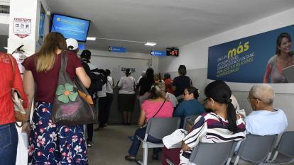 Un grupo de personas espera atención médica en una IPS de Barranquilla.
