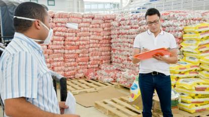 El gobernador Carlos Caicedo revisa las ayudas humanitarias que entrega su administración a la población vulnerable.