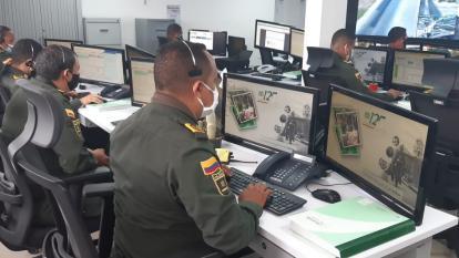 Comando de la Policía recibiendo llamadas.