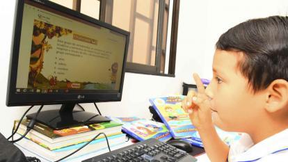 Un niño realiza sus actividades académicas desde su vivienda en una plataforma virtual.