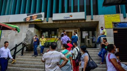 Los usuarios de una entidad bancaria a la espera de usar un cajero electrónico.