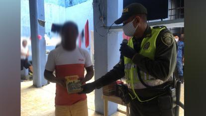 Policía entrega libros a reclusos de la cárcel La Amarilla de Lorica