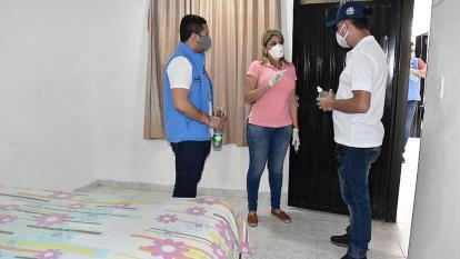 La alcaldesa inspecciona las habitaciones del albergue.
