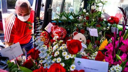 Un trabajador de una floristería organiza los pedidos que se van a distribuir.