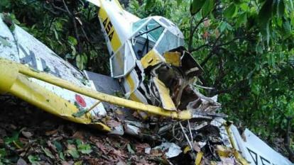 La avioneta que se desplomó quedó totalmente destruida.