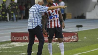 El técnico Julio Avelino Comesaña entregándole indicaciones a Fredy Hinestroza.