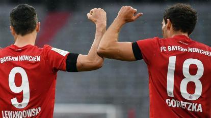 Lewandowski celebrando un gol con Leon Goretzka. Los saludos en el fútbol en medio de la pandemia son con el codo.