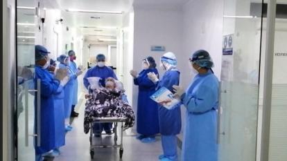 La paciente de 91 años cuando salía de la clínica Laura Daniela.