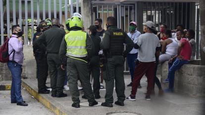Familiares de Daniel Osorno Márquez se aglomeraron a las afueras de Medicina Legal.