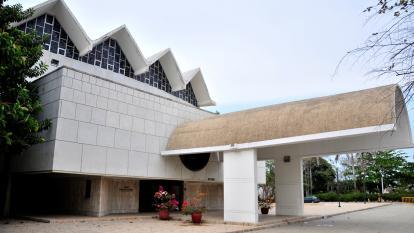 Así se encuentra actualmente la fachada del Teatro Amira de la Rosa.