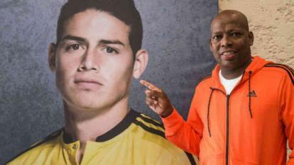Faustino Asprilla junto a un poster de James Rodríguez.