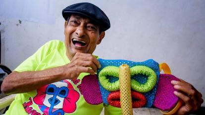 César 'Paragüita' Morales posa sonriente para la cámara con una máscara de marimonda.