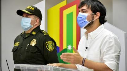 El comandante de la Mebar, Ricardo Alarcón, junto al alcalde de Barranquilla, jaime Pumarejo.