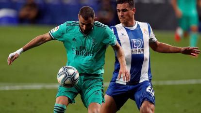 Karim Benzema se dispone a ejecutar el taquito y hacerle el túnel al colombiano Bernardo Espinosa.