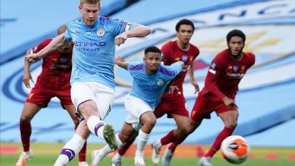 De Bruyne anota de penal ante el Liverpool.