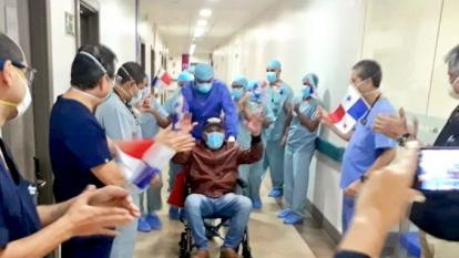 Roberto 'Mano de Piedra' Durán saliendo del hospital con las manos arriba.