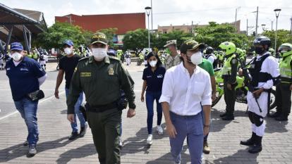 El alcalde Jaime Pumarejo llegó a la plaza de San Roque acompañado de miembros de la Policía y el Ejército.