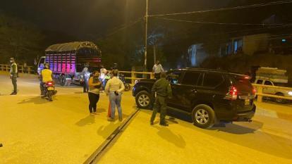 Las autoridades realizan controles en el puente del barrio Timayuí, en Santa Marta.