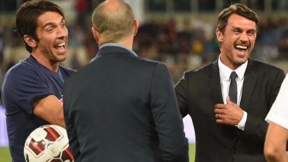 Buffón sonríe mientras saluda a Paolo Maldini.