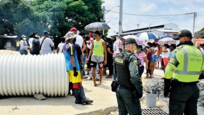 Un grupo de afectados del Arroyo Hospital durante la protesta de ayer