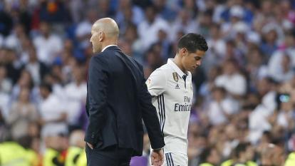 James Rodríguez saliendo del terreno de juego sin mirar a Zidane.