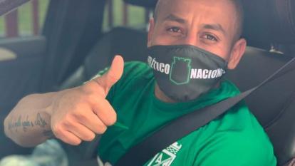 Vladimir Hernández llegando al entrenamiento de Nacional.
