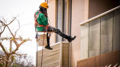Un trabajador en una obra de construcción de un edificio en Barranquilla.