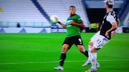 La mano de Luis Fernando Muriel que el árbitro sancionó como penalti.