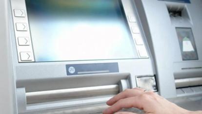 Una persona usa un cajero automático.