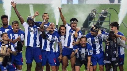Luis Díaz celebrando en medio de sus compañeros tras la conquista de un nuevo título liguero para el Porto.
