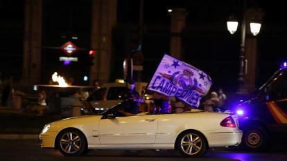 Los madridistas cumplen y celebran el título desde sus autos
