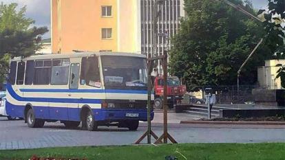 Hombre con explosivos secuestra en Ucrania autobús con unas 20 personas