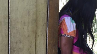 Joven indígena embarazada busca ayuda en el albergue maternal en Perú.