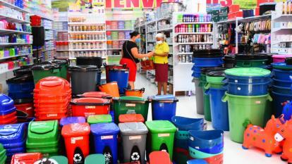 Dos mujeres realizan una compra en un local comercial en el suroccidente de Barranquilla.